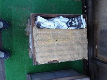 蓋をあけたところ。麻布と新聞紙を入れてあります。